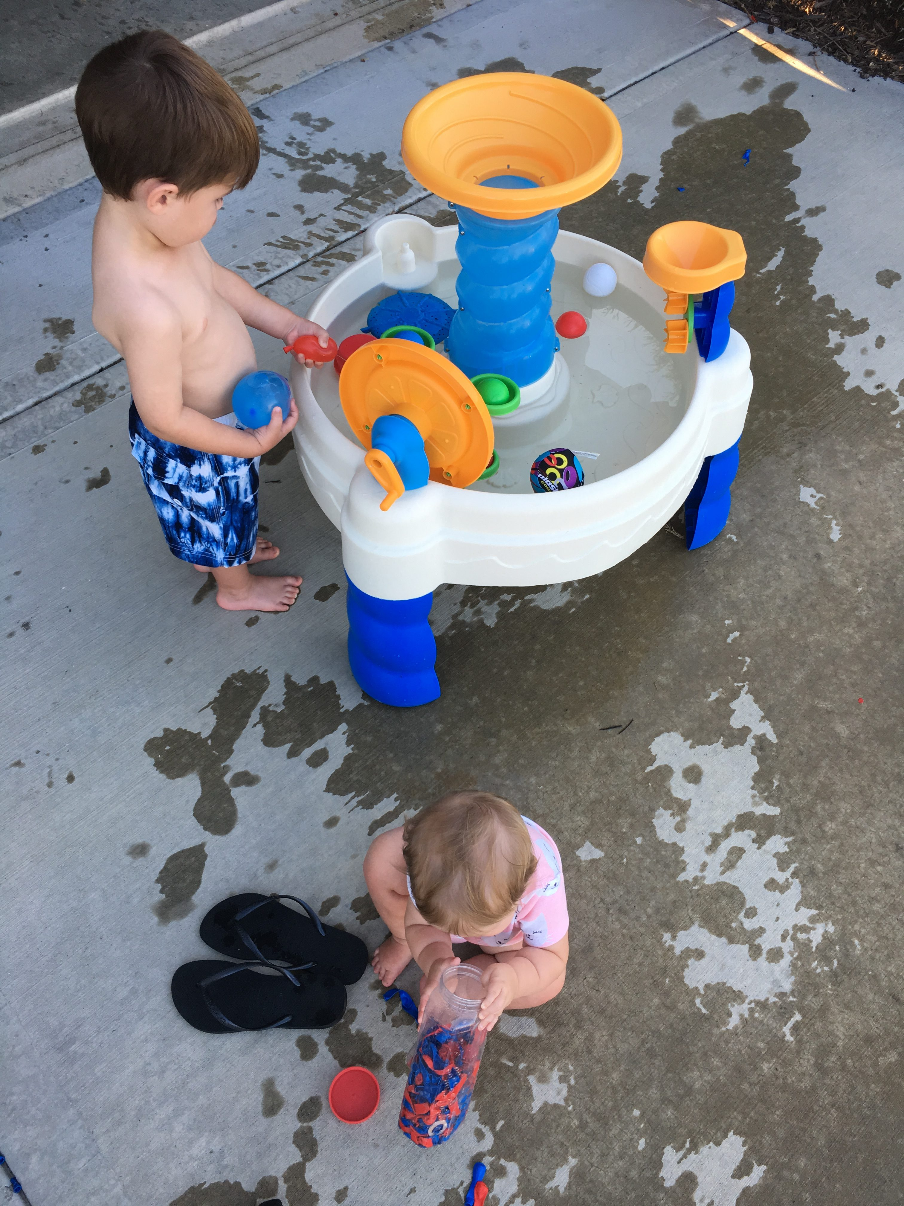 Siblings Playing with Water Table Little Tikes e1529354954449