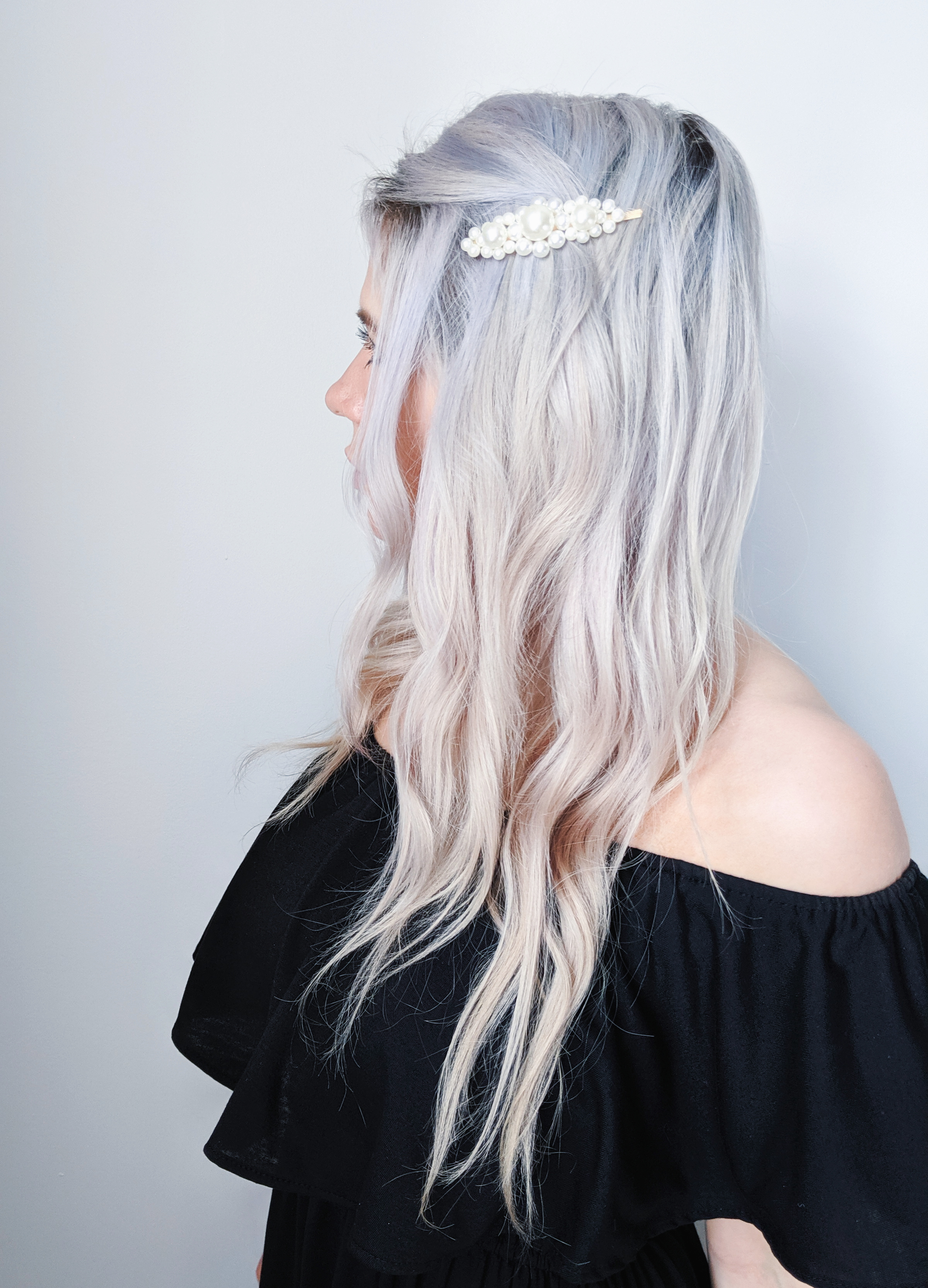 Pearl Barrette Hairstyles - Hair Styles for Pearl Clips Barrettes: 5 hair styles you can do with pearl barrettes, the hottest of the 2019 hair trends! These easy hairstyles will elevate your look in seconds. #hairstyles #hairinspo #pearlbarrettes