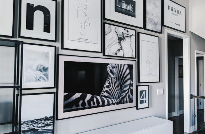 Living Room Gallery Wall Ideas: Looking for gallery wall ideas? This black and white gallery wall is a total showstopper. This is one of the best gallery walls I've ever seen! Includes Desenio posters, Samsung The Frame TV, Ikea Besta as a TV stand, Ikea Ribba frame gallery wall, Ikea Vittsjo shelves. #gallerywall #blackandwhite #monochrome