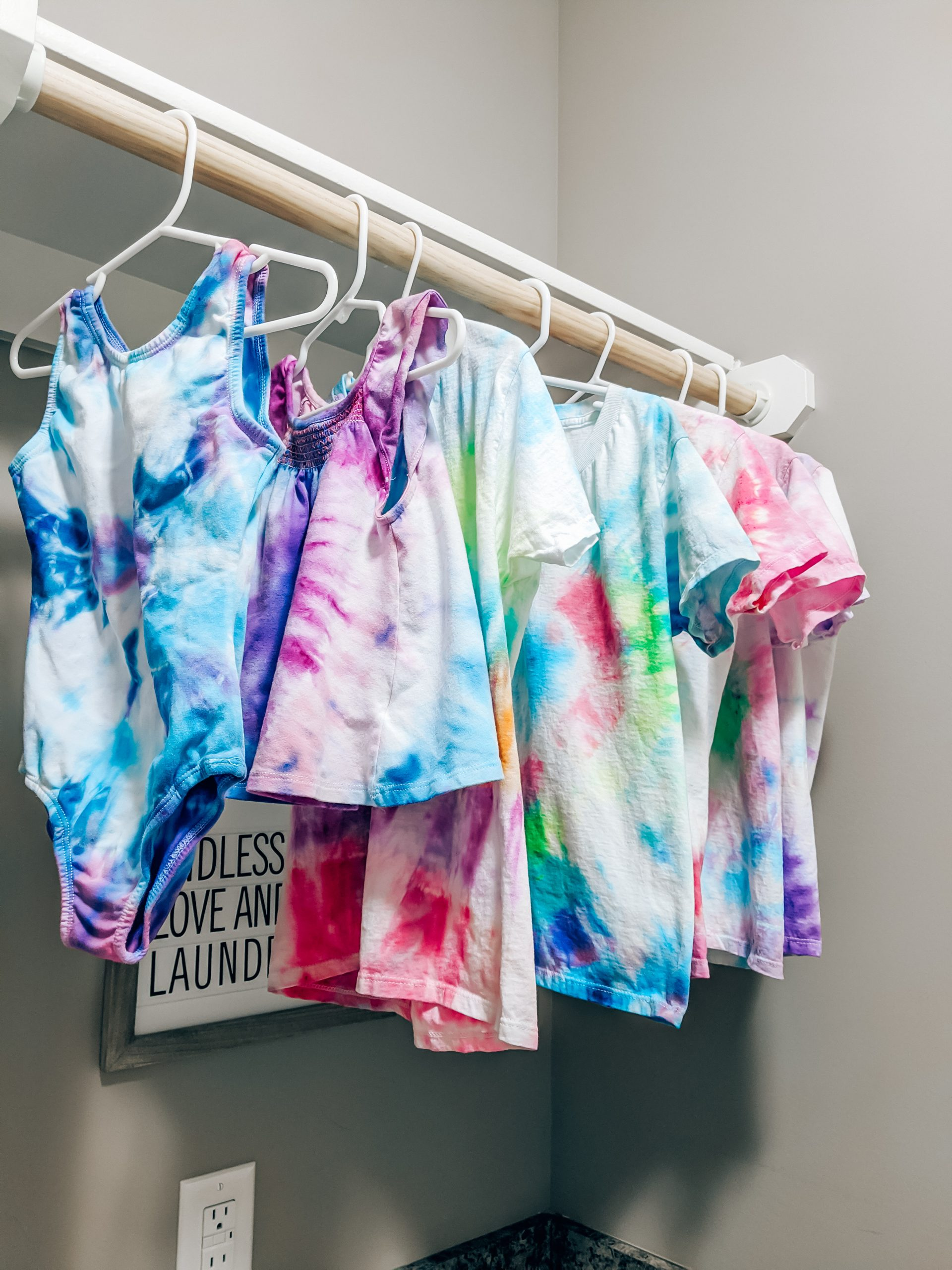 2 Minute Tie Dye Reviews - Microwave Dyeing Technique: Kansas City blogger Tricia Nibarger of COVET by tricia shows how to make DIY tie dye shirts using the two minute tie dye method! #tiedye #diy #tiedyeshirt #upcycle
