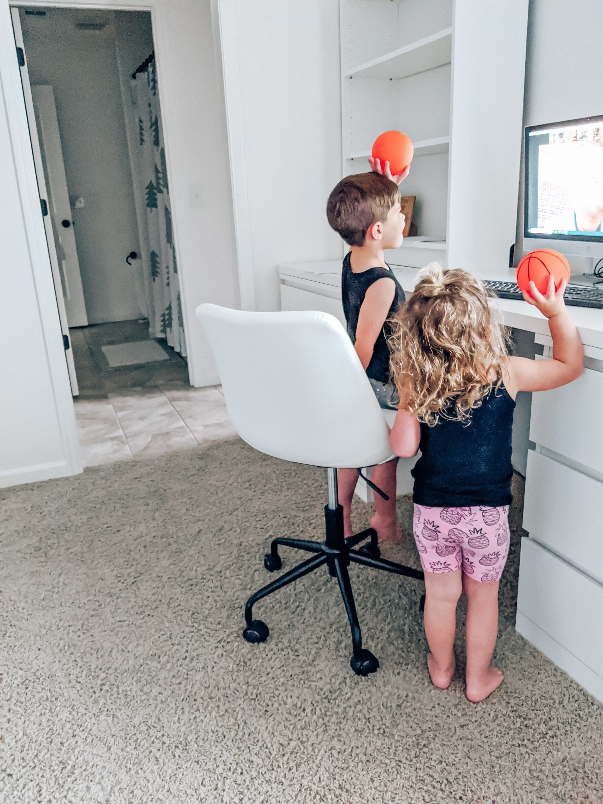 Best Kids Desk Chair - Byron Task Chair Reviews - This kids desk chair is perfect for your virtual learning setup! If you're looking for the best kids desk chair, read this detailed Byron Task Chair review! (sponsored by #Wayfair - #virtuallearning #homeschool #homeoffice )